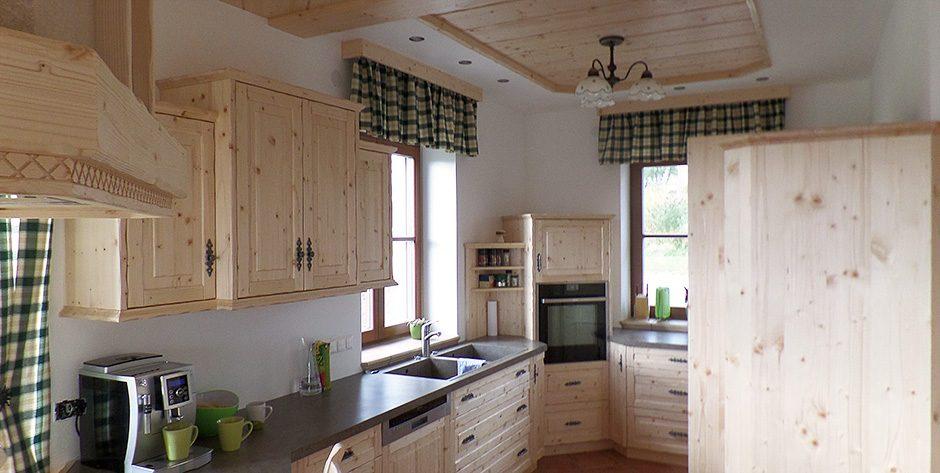 Rustikale k chengarnitur aus fichtenholz wohntraum branka for Tischgarnitur esszimmer