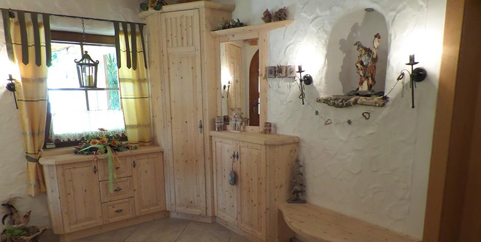 Rustikales Vorzimmer aus gebürsteter Fichte weiß geölt