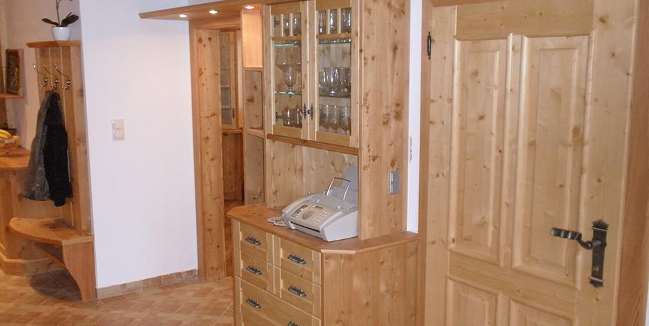rustikales massivholz vorzimmer mit k chenzeile und. Black Bedroom Furniture Sets. Home Design Ideas