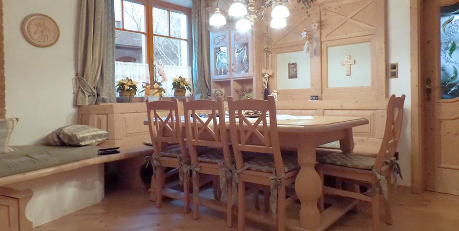 Rustikales esszimmer aus fichte mit wohnbereich for Esszimmer modern mit bank