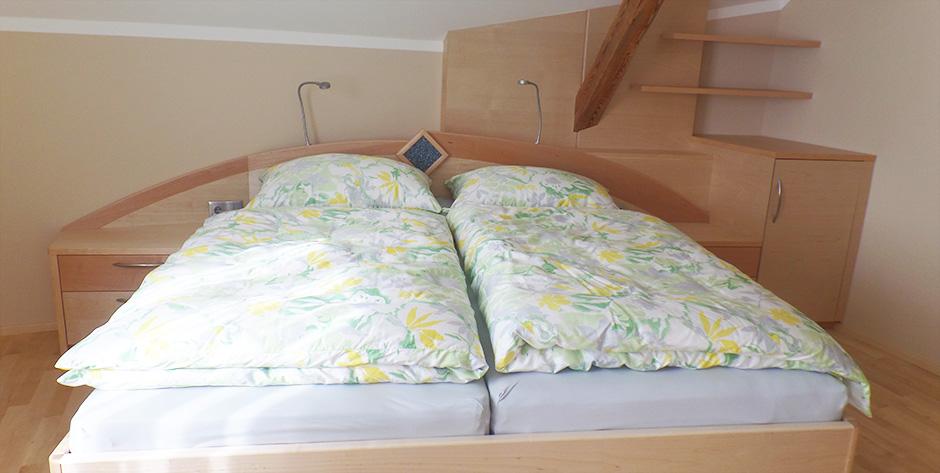 Schlafzimmer in Spitzahorn Birke teilmassiv - Überblick