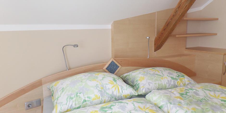 Schlafzimmer in Spitzahorn Birke teilmassiv - Wandregale