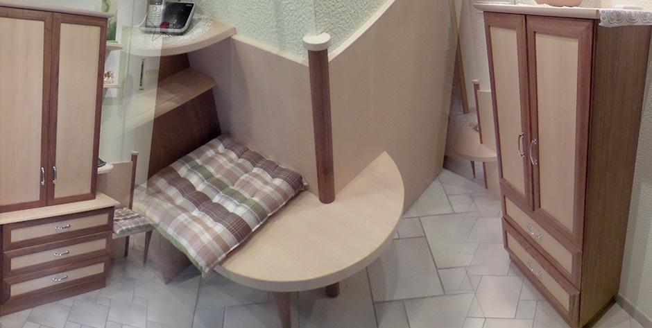 Vorzimmer in Nuss-Holz kombiniert mit Birkenholz - Sitzgelegenheit