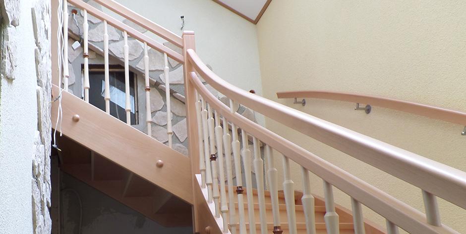 Zweiläufige Treppe in Buche gedämpft mit Ahon - Blick von der Seite