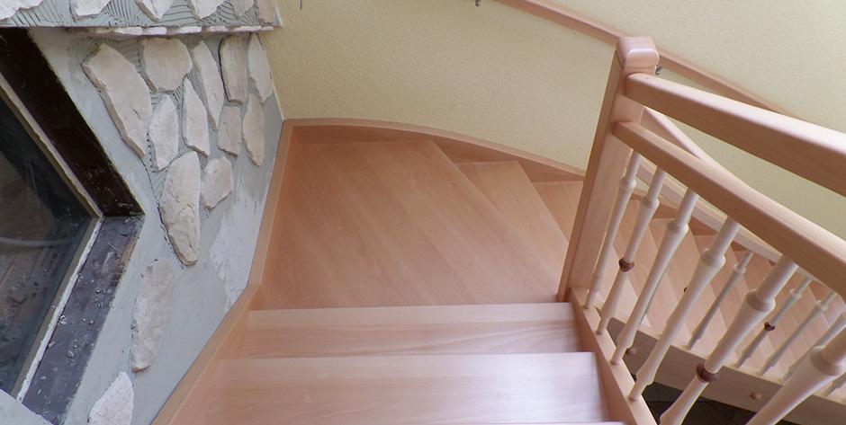 Zweiläufige Treppe in Buche gedämpft mit Ahon - Blick von Oben