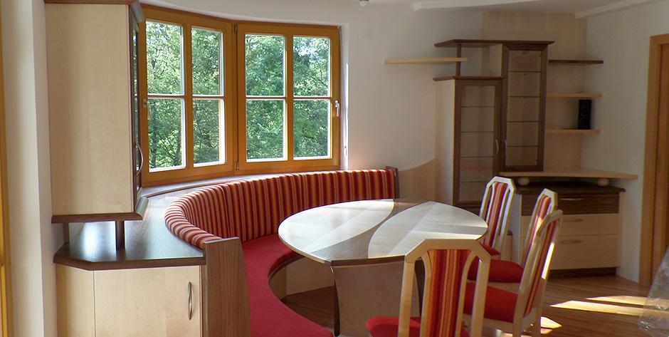 Esszimmer in amerikanischem nussbaumholz mit birke for Esszimmer modern mit bank
