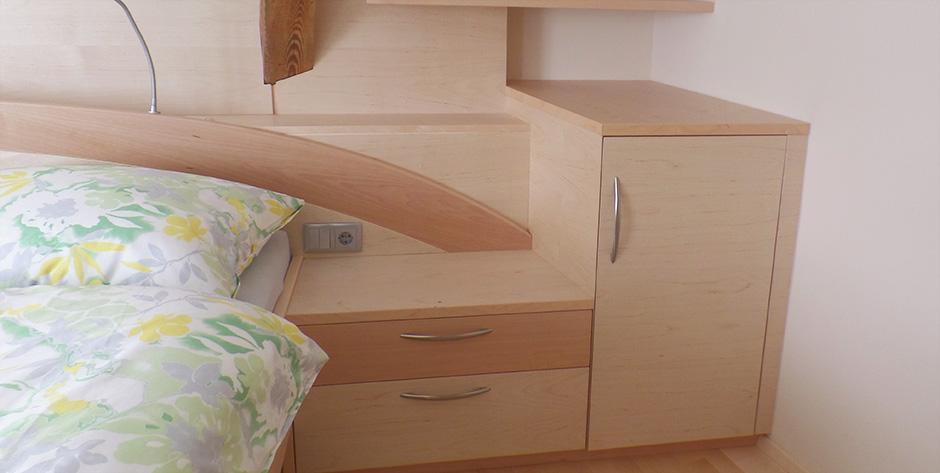 Schlafzimmer in Spitzahorn Birke teilmassiv - Nachtkästchen