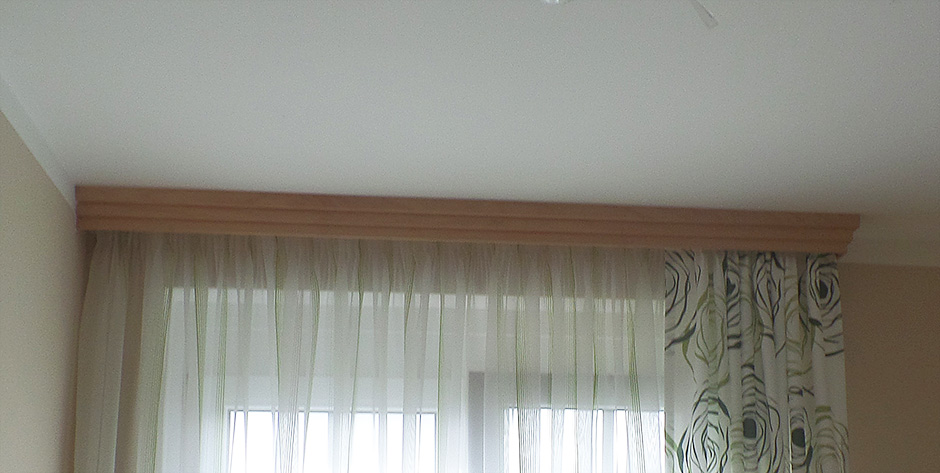 Schlafzimmer in Spitzahorn Birke teilmassiv - Gardinenblende