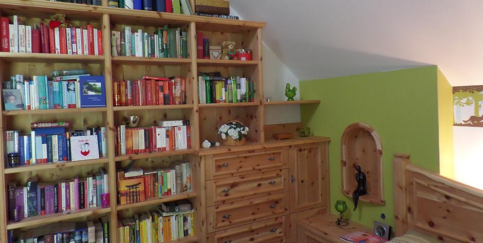 Schlafzimmer in Zirbenholz - Bücherwand