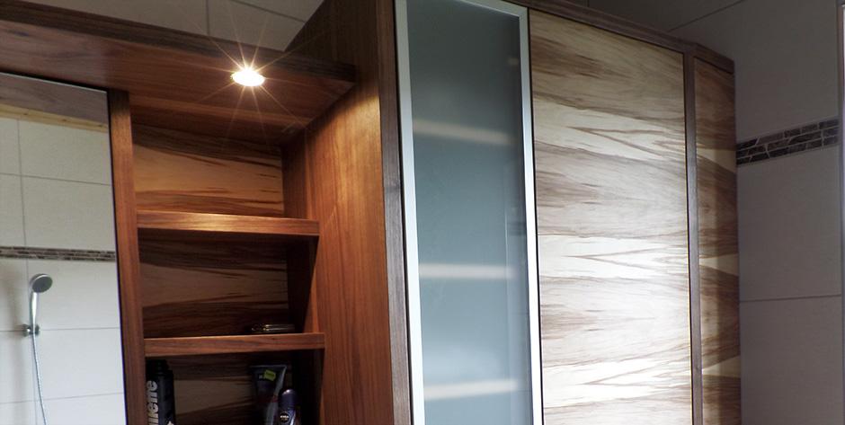 Badezimmer in amerikanischem und satinem Nussbaum - Verglaste Alurahmen-Türe