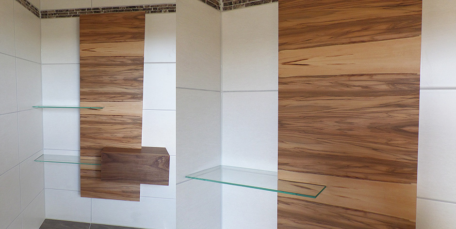 Badezimmer in amerikanischem und satinem Nussbaum - Badewannen - Regal