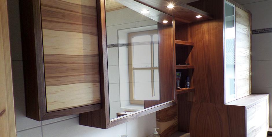 Badezimmer in amerikanischem und satinem Nussbaum - Waschtischverbau