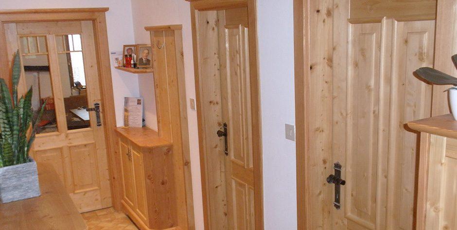 Rustikale Türen aus Fichte mit gebürsteter Lärche kombiniert